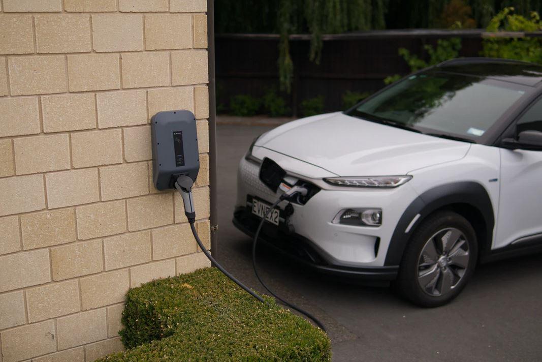 Comment installer une borne de recharge chez soi ?