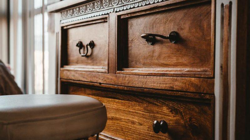 Comment nettoyer un meuble en bois vernis ?